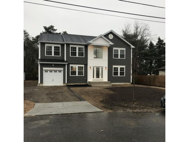 4 BR,  2.50 BTH Colonial style home in Deer Park