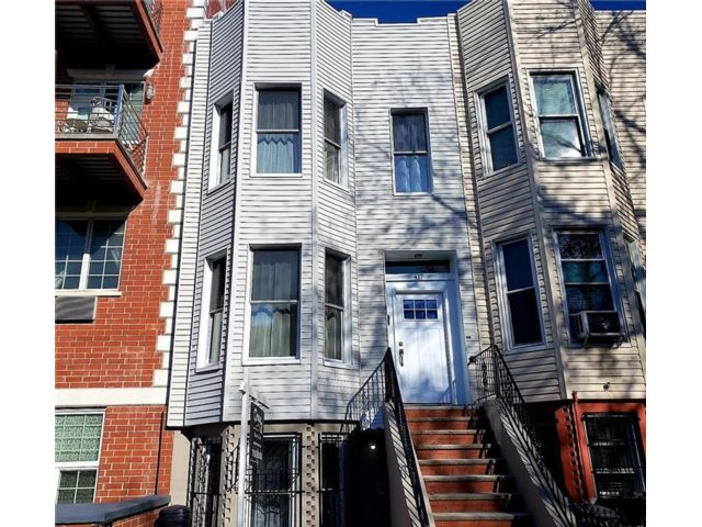 4 BR,  0.00 BTH Multi-family style home in Sunset Park