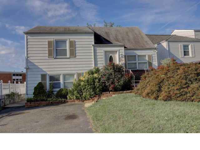 3 BR,  3.00 BTH  style home in Belleville