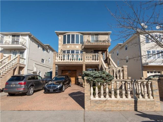 8 BR,  5.00 BTH  Multi-family style home in Midland Beach