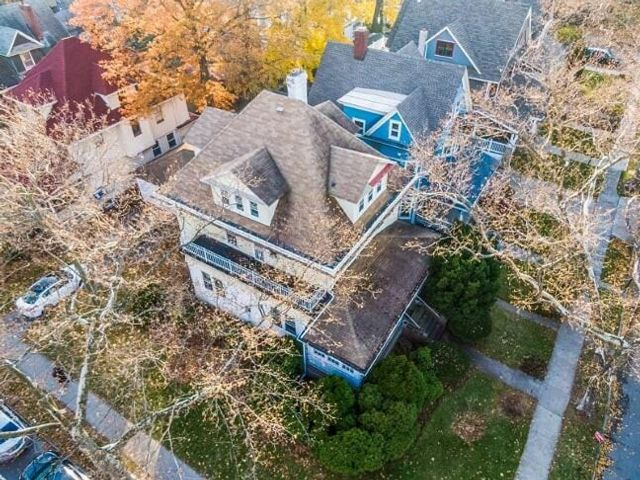 6 BR,  3.50 BTH Single family style home in Midwood