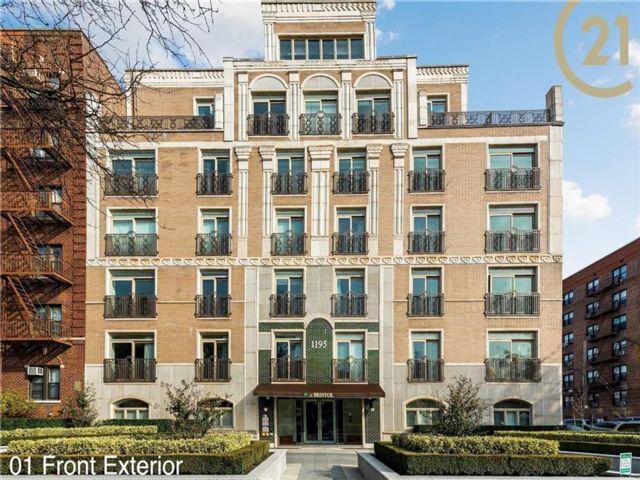 2 BR,  3.00 BTH Condominium style home in Midwood