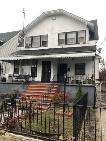 5 BR,  2.00 BTH  Colonial style home in Arverne