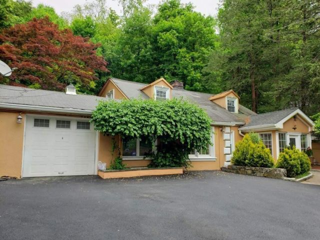 4 BR,  4.50 BTH Cape style home in Hartsdale