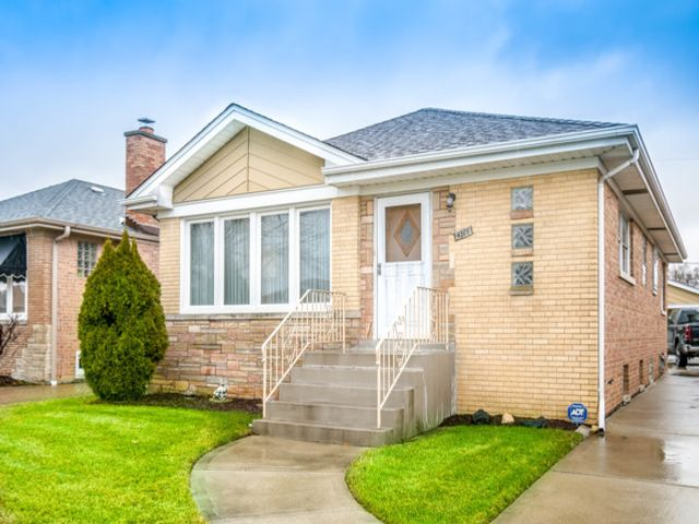 3 BR,  2.00 BTH House style home in Norridge