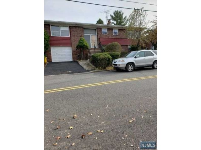 4 BR,  3.00 BTH Bi-level style home in Palisades Park