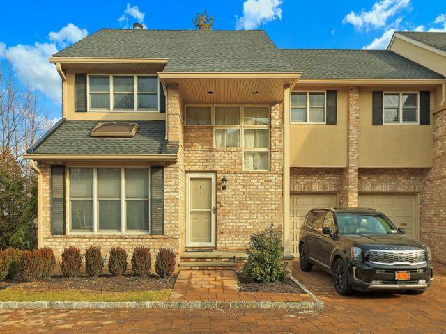 2 BR,  2.50 BTH Homeownr style home in Hewlett