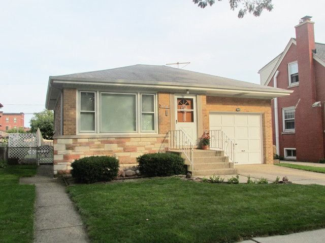 3 BR,  2.00 BTH Step ranch style home in Chicago