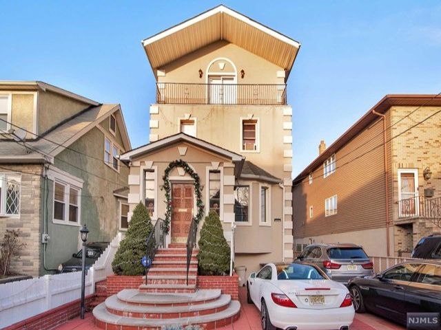 5 BR,  3.50 BTH Colonial style home in North Bergen