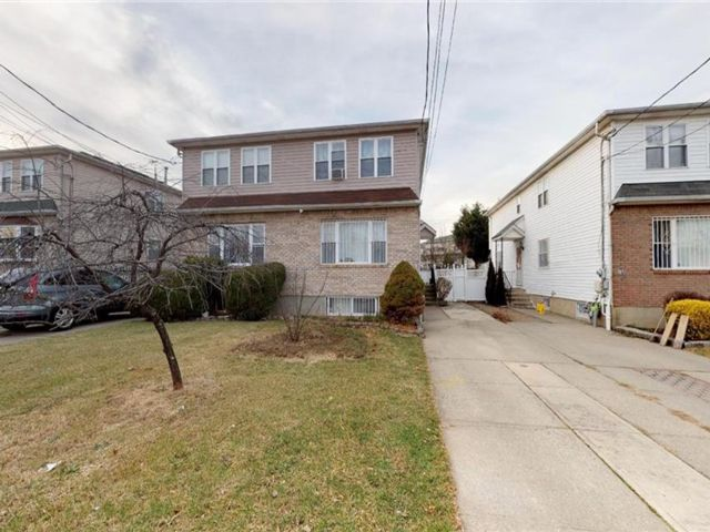 3 BR,  3.00 BTH Single family style home in Concord