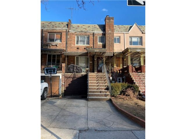 3 BR,  3.00 BTH Multi-family style home in Gravesend