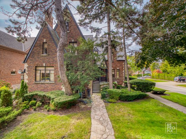 3 BR,  1.55 BTH  English style home in Park Ridge