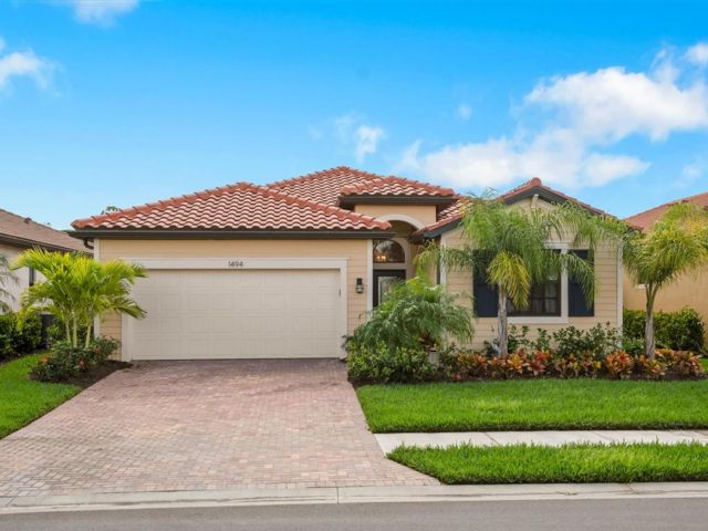 4 BR,  3.00 BTH  Contemporary style home in Naples