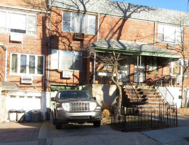 4 BR,  2.50 BTH  Contemporary style home in Middle Village