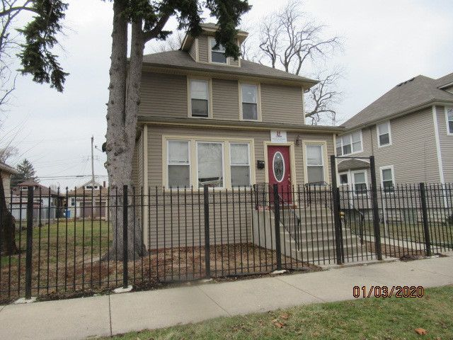 4 BR,  2.50 BTH  House style home in Chicago
