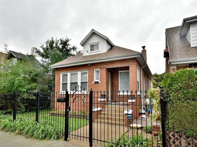 4 BR,  2.00 BTH Bungalow style home in Chicago