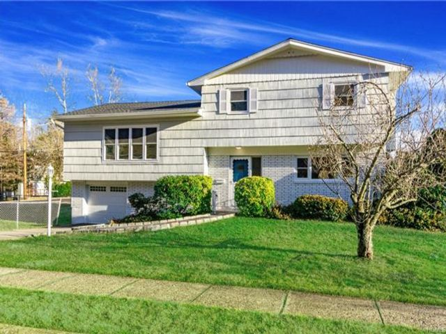 3 BR,  2.50 BTH Split level style home in Yonkers