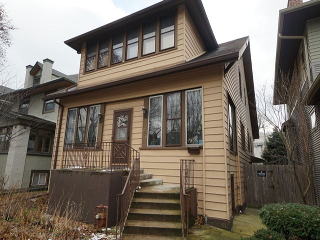 3 BR,  2.50 BTH  House style home in Chicago