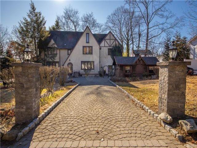 6 BR,  4.00 BTH Tudor style home in Pearl River