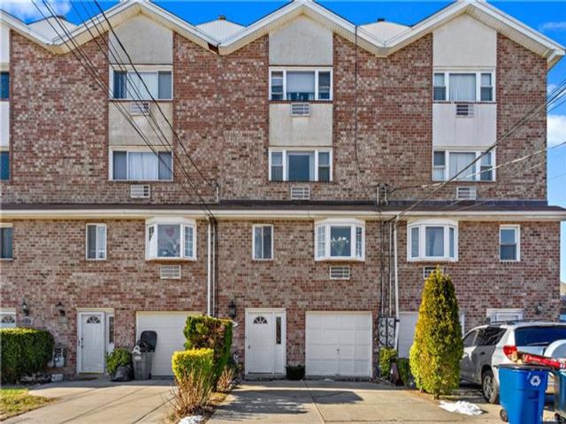 5 BR,  3.50 BTH  Other style home in Throggs Neck