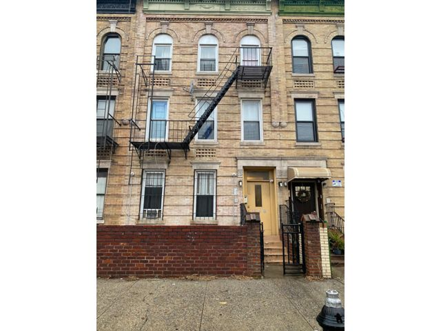8 BR,  4.00 BTH  Colonial style home in Brooklyn