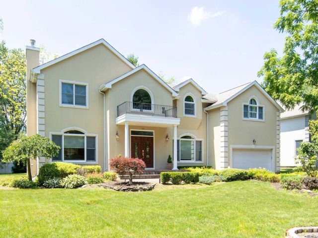 5 BR,  4.55 BTH  Colonial style home in Syosset
