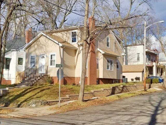 5 BR,  4.00 BTH  Colonial style home in Plainfield