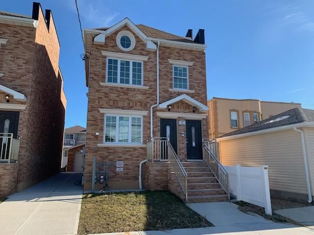 3 BR,  2.00 BTH  2 story style home in Bronx