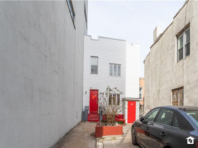 4 BR,  3.00 BTH Single family style home in Williamsburg