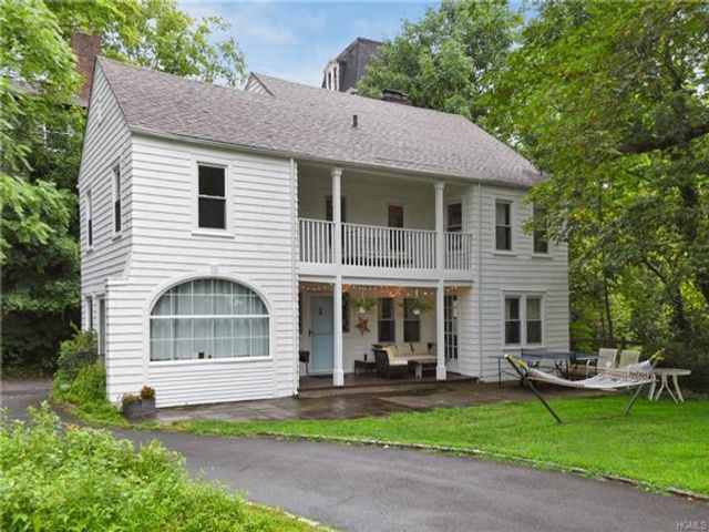 4 BR,  2.50 BTH Carriage house style home in Scarsdale