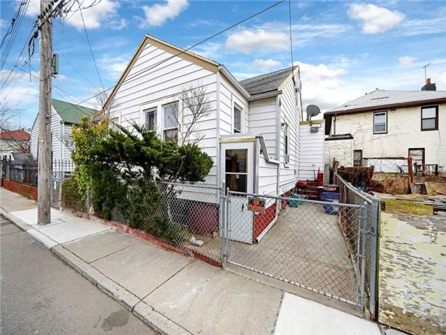4 BR,  3.00 BTH  Single family style home in Brighton Beach