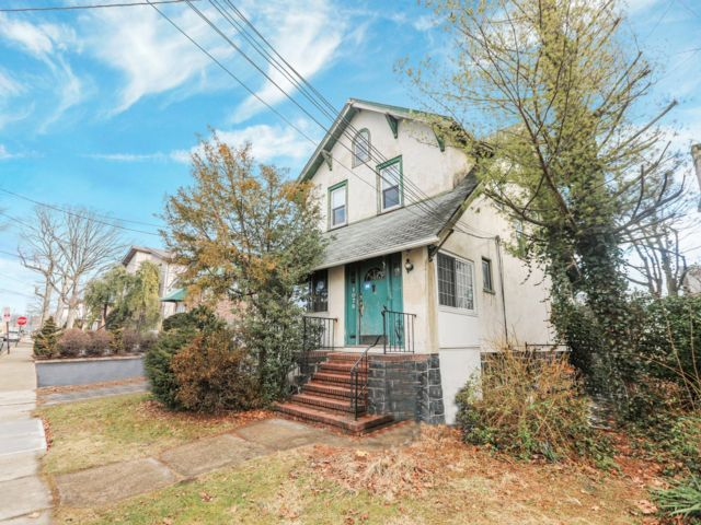 3 BR,  1.50 BTH Colonial style home in Fort Lee