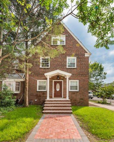 4 BR,  2.00 BTH  Single-family h style home in Woodside