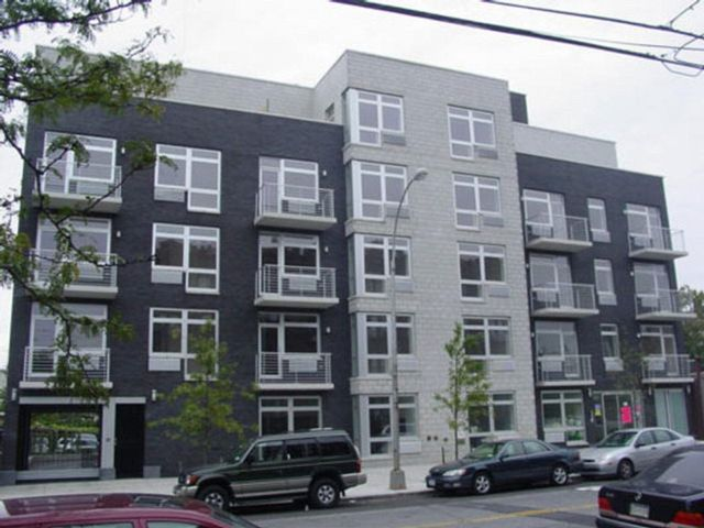 37 BR, 37.00 BTH Commercial style home in Astoria
