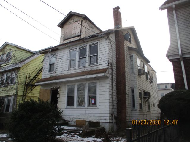 4 BR,  2.00 BTH Duplex style home in Newark