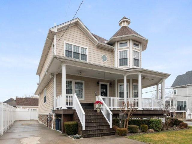 4 BR,  4.00 BTH Single family style home in Neponsit