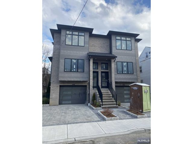 3 BR,  2.55 BTH Duplex style home in Fort Lee