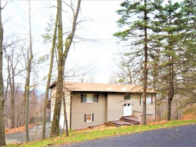 3 BR,  2.50 BTH Raised ranch style home in Hopewell Junction