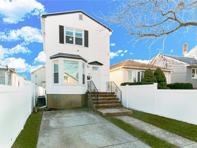 2 BR,  1.00 BTH Colonial style home in City Island
