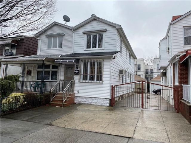 5 BR,  2.00 BTH Multi-family style home in Gravesend