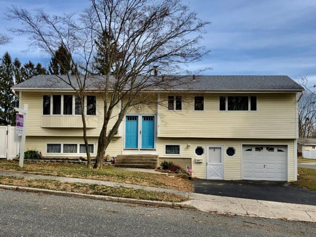 5 BR,  3.00 BTH Hi ranch style home in Dix Hills