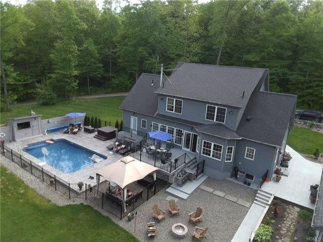 4 BR,  2.50 BTH Capecod style home in Pine Bush