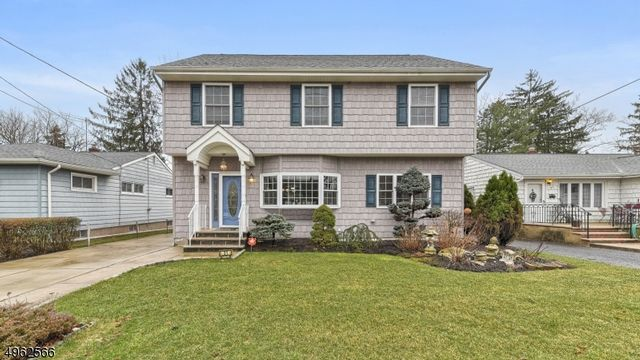 4 BR,  4.00 BTH  Colonial style home in Bloomfield