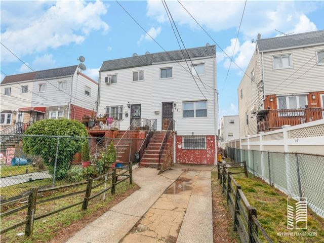 3 BR,  2.00 BTH  Single family style home in Arverne