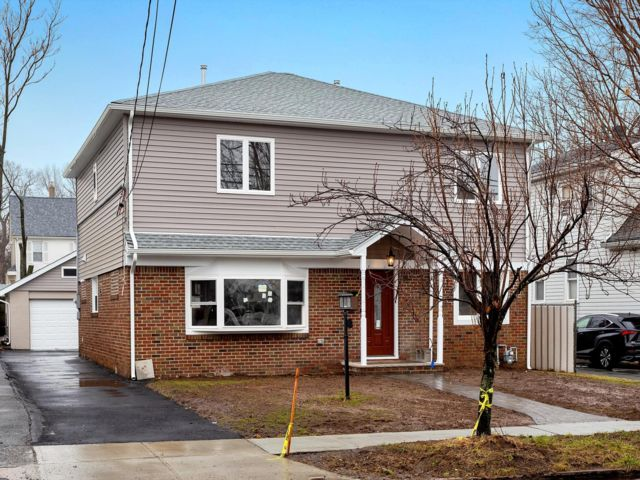 5 BR,  4.00 BTH Colonial style home in Lodi