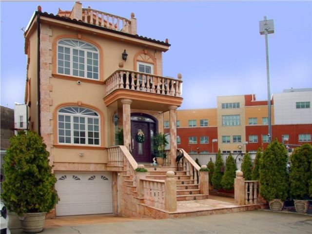 6 BR,  4.00 BTH  Multi-family style home in Bay Ridge