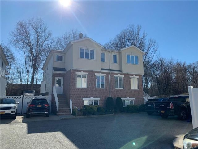 3 BR,  4.00 BTH  Single family style home in Eltingville