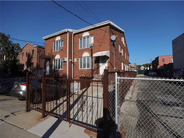 10 BR,  6.00 BTH  Multi-family style home in Gravesend
