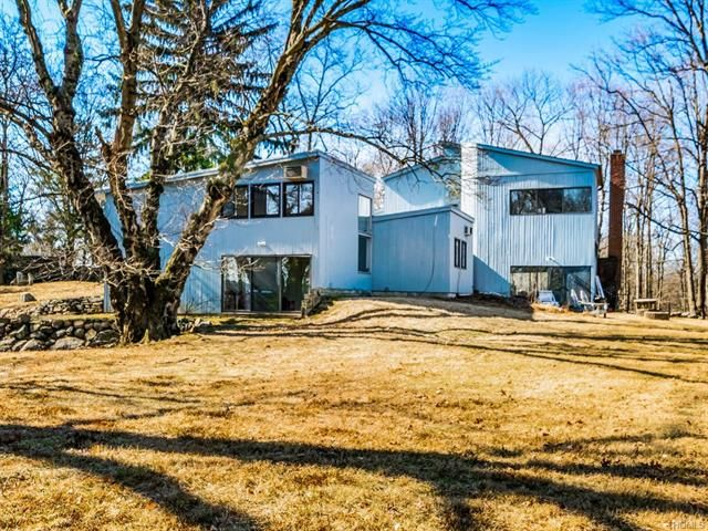 4 BR,  2.50 BTH  Contemporary style home in Briarcliff Manor