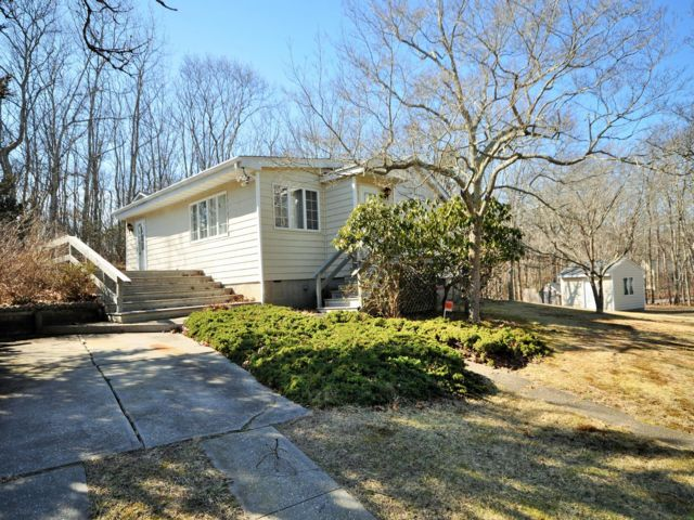 2 BR,  2.00 BTH  Traditional style home in Noyack